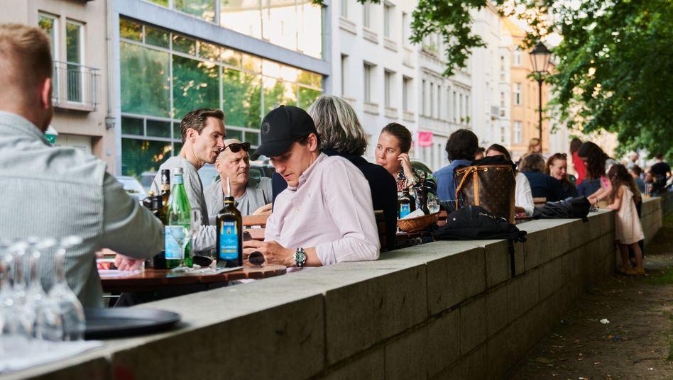 Besucherinnen und Besucher des Außenbereichs eines Restaurants in Berlin Mitte