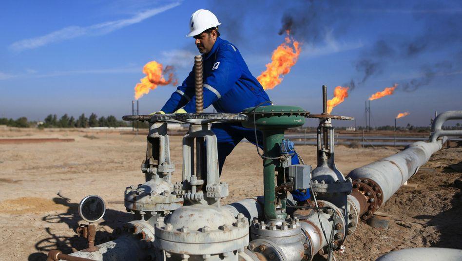 Arbeiter auf einem Ölfeld nahe Basra im Irak (Archivbild)