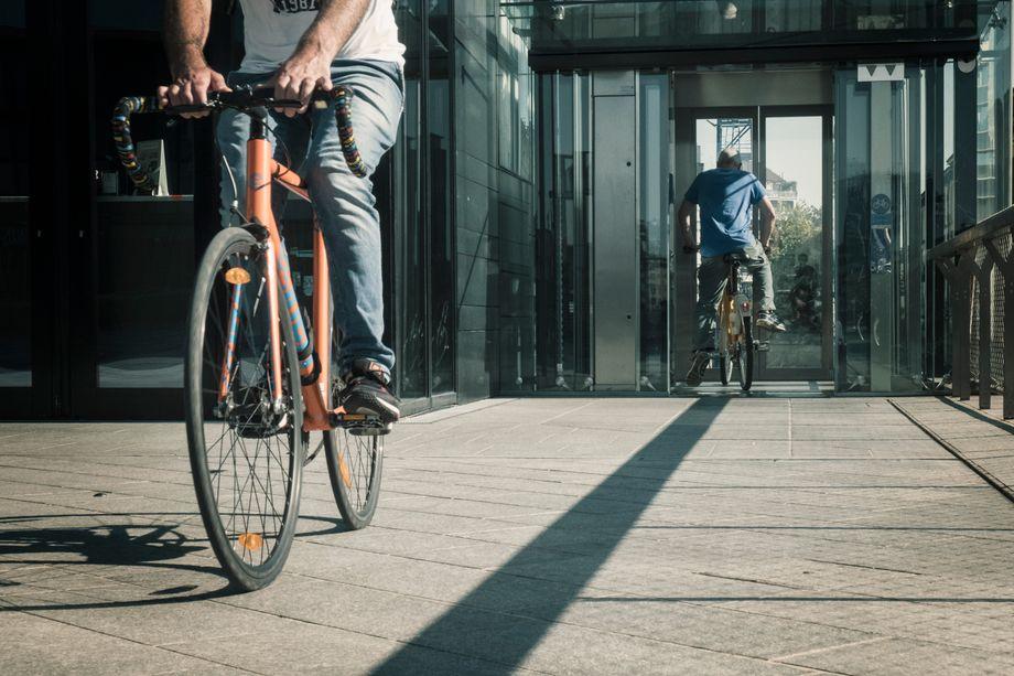 Viele Menschen fahren nun lieber mit dem Rad, als sich in volle Bahnen zu setzen