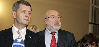 Lettlands Finanzminister Slakteris (l.) und Regierungschef Godmaris: Bankrott hätte rund eine Milliarde Dollar gekostet