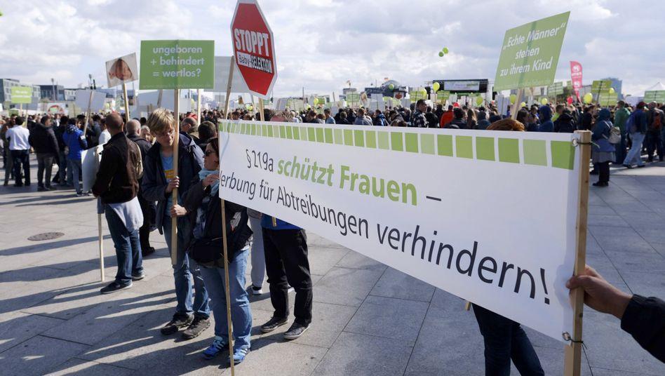 Abtreibungsgegner bei einer Kundgebung in Berlin (Archivbild)