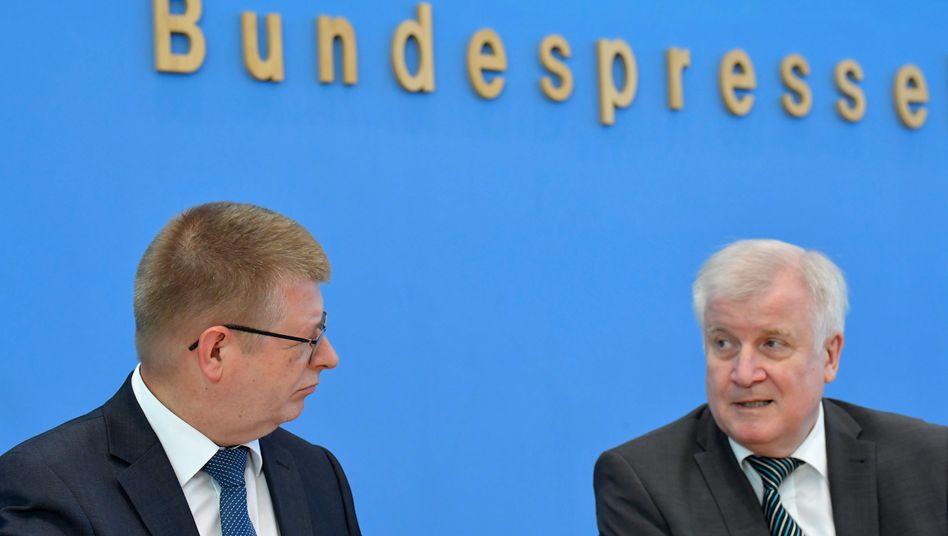 Horst Seehofer (r.) und der Präsident des Bundesamtes für Verfassungsschutz, Thomas Haldenwang