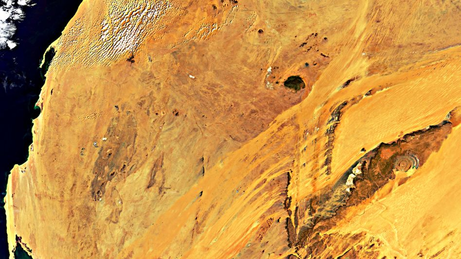 Guelb er Richat (am rechten Bildrand): Spektakuläre Kreise im Wüstensand
