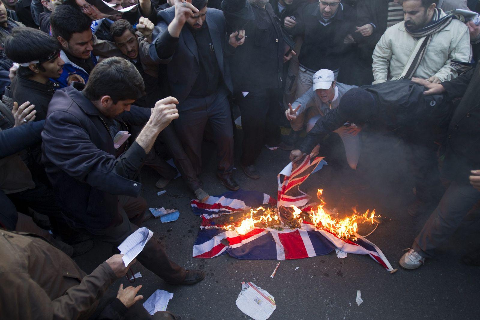 Demonstranten vor der britischen Botschaft in Teheran