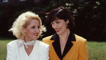 Glamour-Paar: Charlie Schneider (Gabriele Metzger) und Clarissa von Anstetten (Isa Jank)