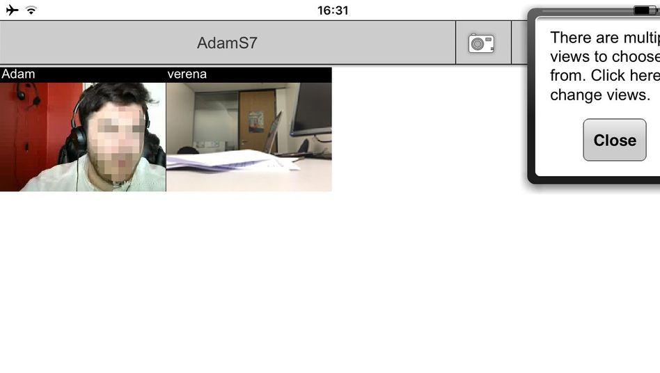 Adam S. (links) überwacht eine Klausur im SPIEGEL-ONLINE-Büro