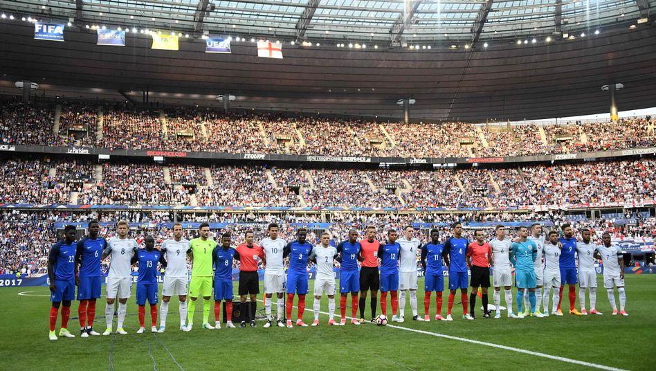 Englische und französische Nationalspieler Seite an Seite