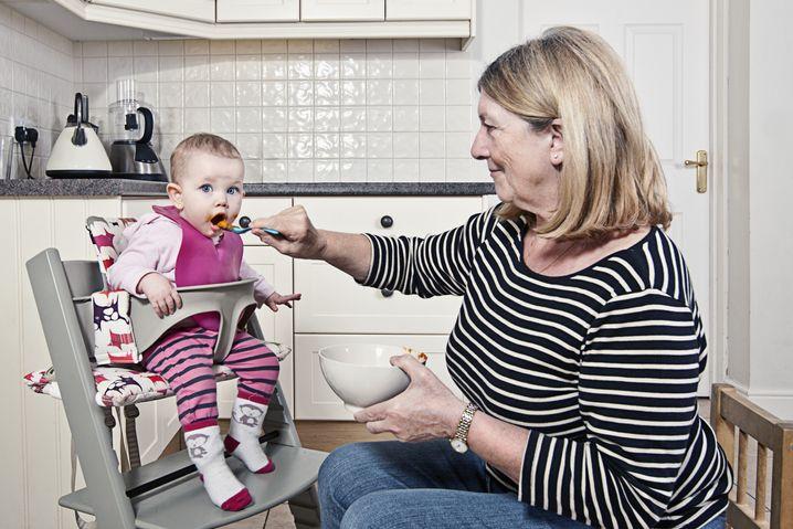 Großmutter mit Enkelkind (Symbolbild): Segensreicher Einfluss der Oma