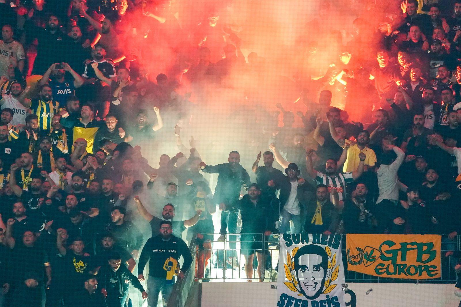 Türkische Fans brennen Bengalos ab - Frankfurt 16.09.2021: Eintracht Frankfurt vs. Fenerbahce Istanbul, Deutsche Bank Pa
