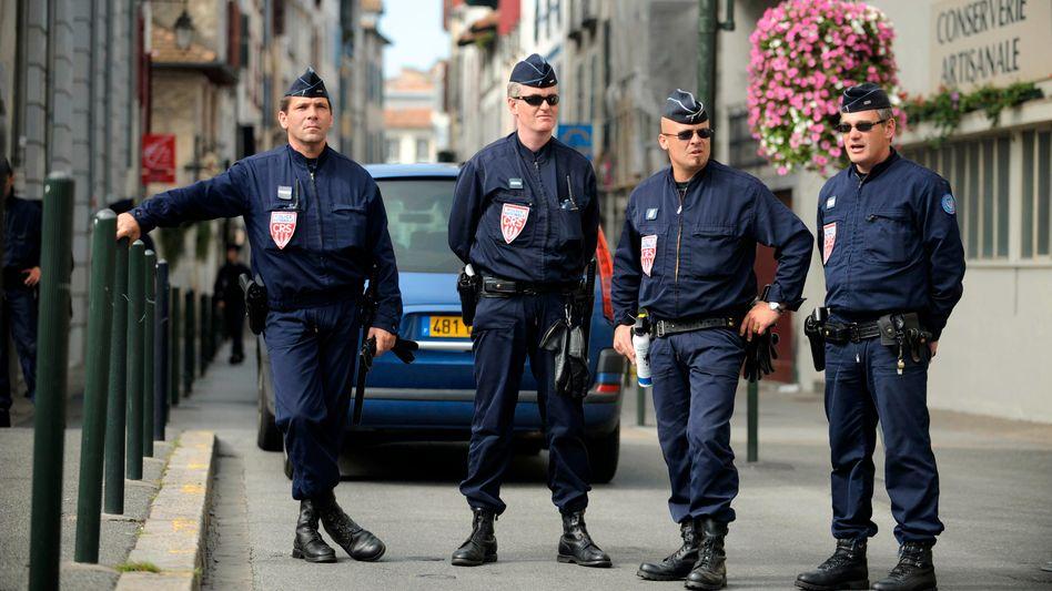 Polizisten in Bayonne (Archivbild): Der attackierte Busfahrer hatte offenbar Menschen ohne Schutzmaske zurückgewiesen