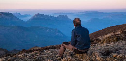 Midlife-Crisis als Chance: Was die Zufriedenheitskurve steigen lässt