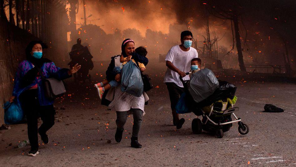 """Eltern rennen mit ihren Kindern aus dem brennenden Camp Moria. """"Das sind zerstörte Seelen"""", sagt Traumatherapeut Andreas Krüger."""