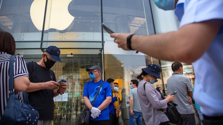 Menschen vor einem Apple-Store in Peking