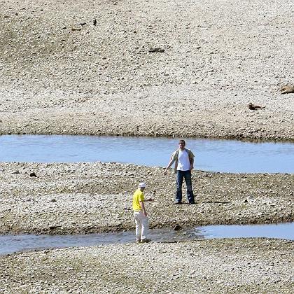 Ausgetrocknetes Elbe-Flussbett bei Dresden: Geringe Schneemengen