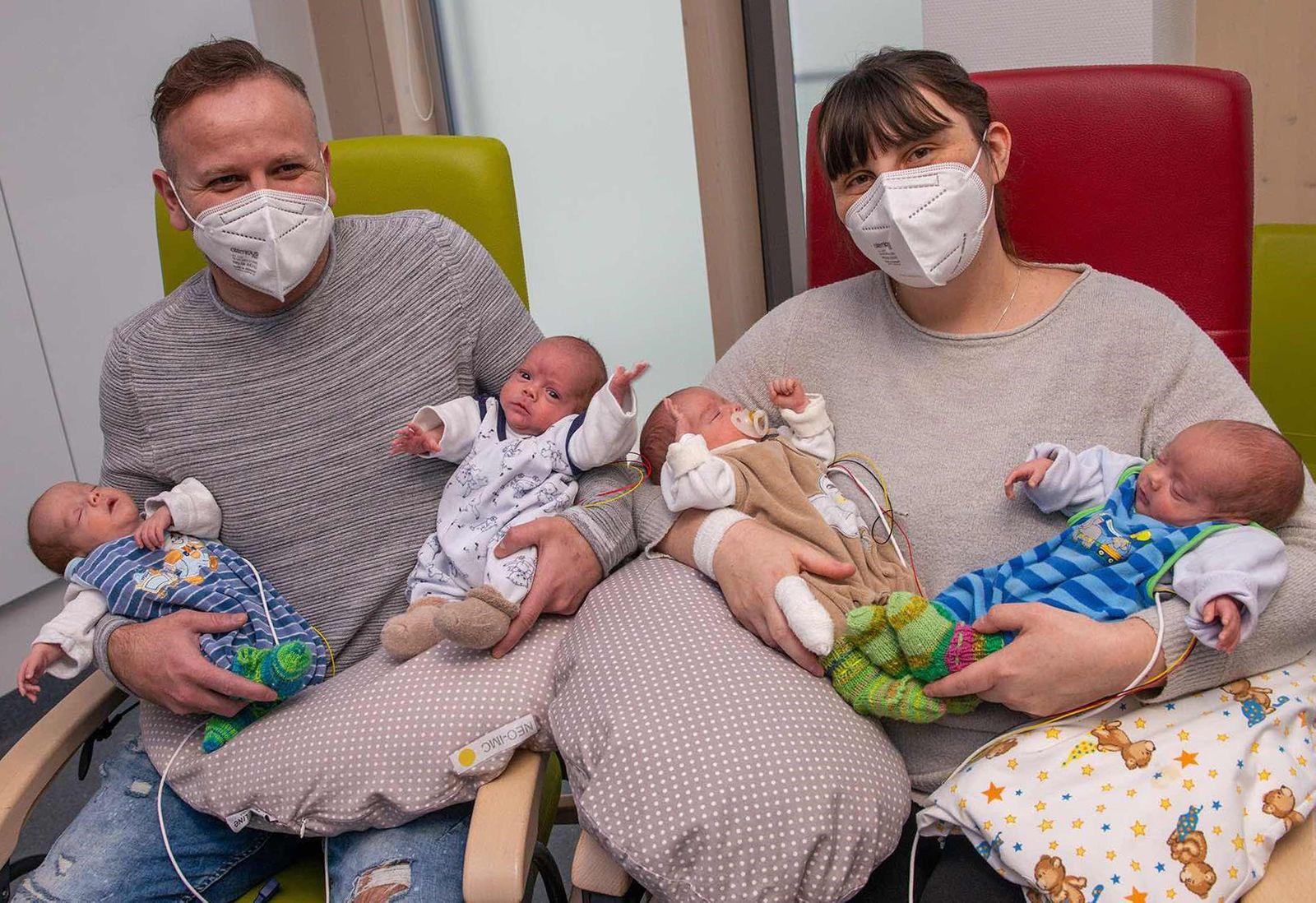 Seltenes Glück in Augsburg:«Pumperlgesunde» Vierlinge geboren