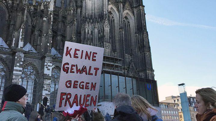 Demonstrationen in Köln: Pfeifen und Schunkeln für Frauenrechte