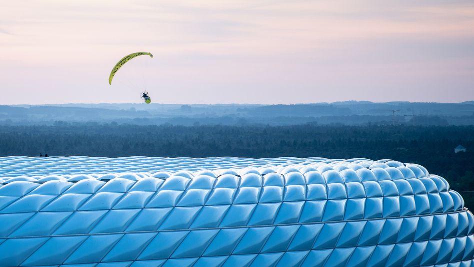 Greenpeace-Aktion über dem Münchner Stadion