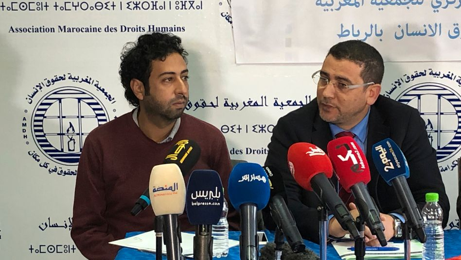 Omar Radi (l., mit Anwalt) übte Kritik - die Folgen für ihn sind verheerend