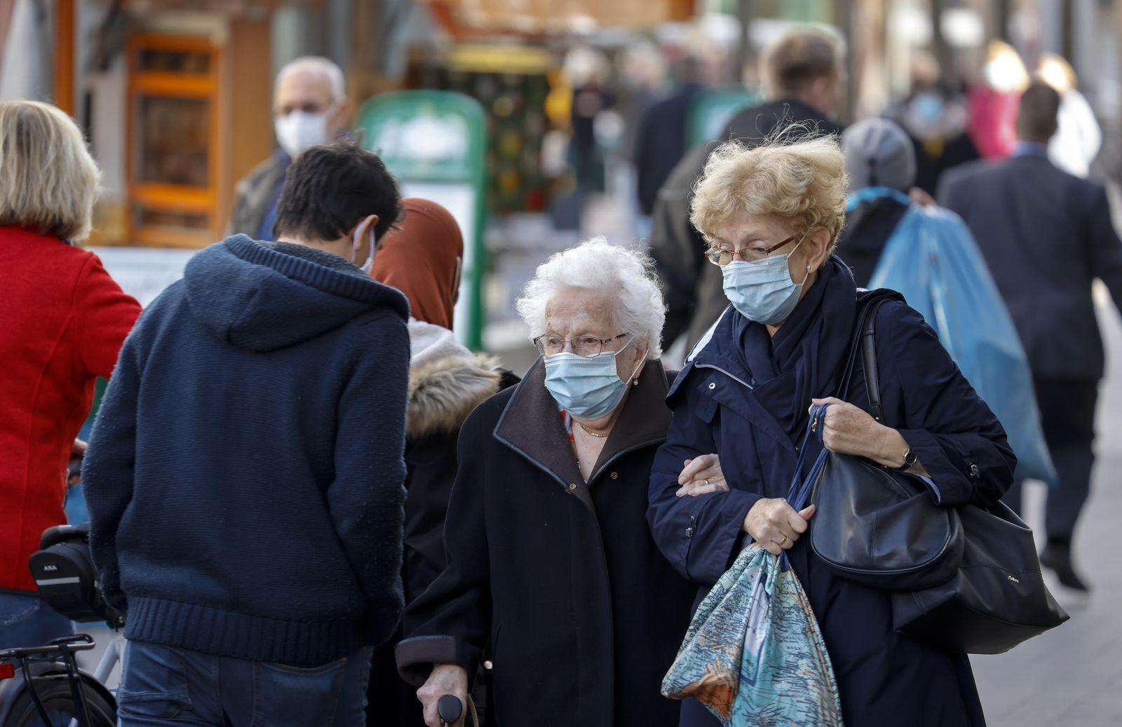 Maskenpflicht in der Duisburger Innenstadt in Zeiten der Coronakrise, Duisburg, Nordrhein-Westfalen, Deutschland