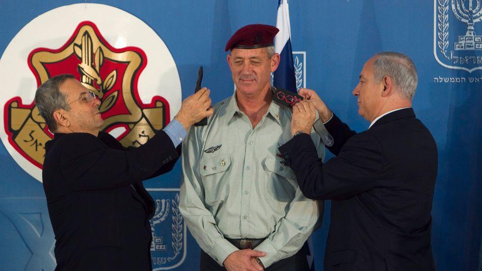 """Gantz (M.) mit Verteidigungminister Barak (l.) und Premier Netanjahu: """"Ohne Hysterie"""""""