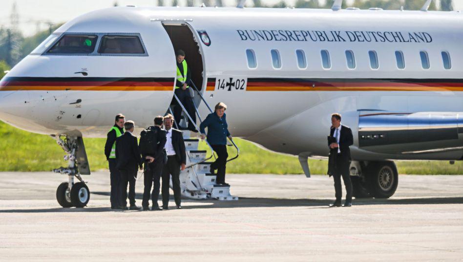 Kanzlerin Merkel vor einem Regierungsflugzeug (im Mai in Dortmund): Angeblicher Platzmangel