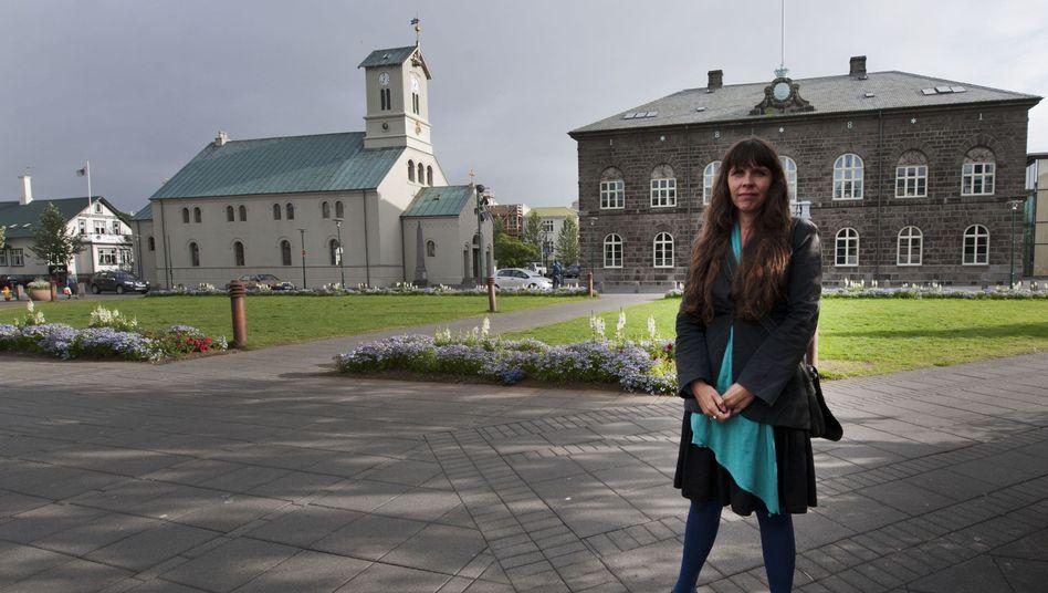 Politikerin Birgitta Jonsdottir vor dem isländischen Parlament: Ein Land auf Facebook