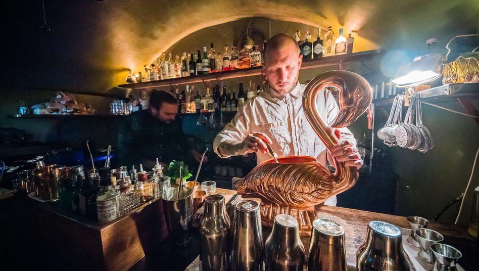 Trinken im Untergrund: Barchef Michele Heinrich bereitet in der The Kinly Bar eine Schwan-Karaffe vor. Im Hintergrund arbeitet Bartender Joshua Besemer