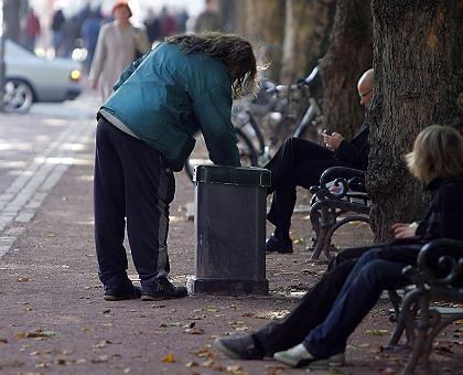 Ein Mann durchwühlt Mülleimer in Düsseldorf: Wer weniger als 781 Euro im Monat hat, gilt als armutsgefährdet