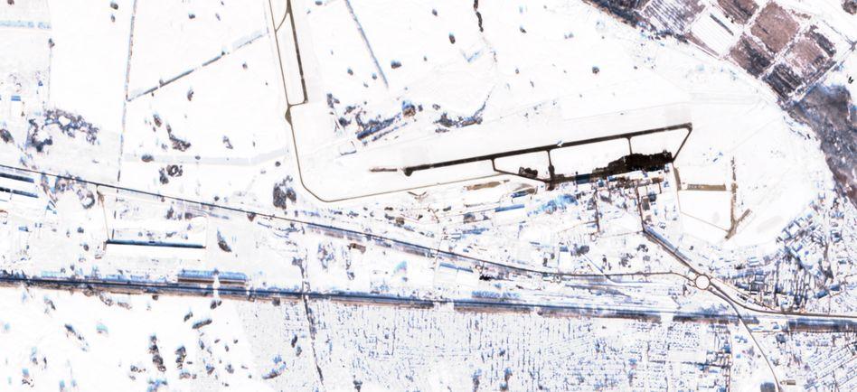 Flughafen Nowosibirsk-Tolmatschowo: Links von der Start- und Landebahn sind nach der Notlandung Spuren im Feld zu sehen