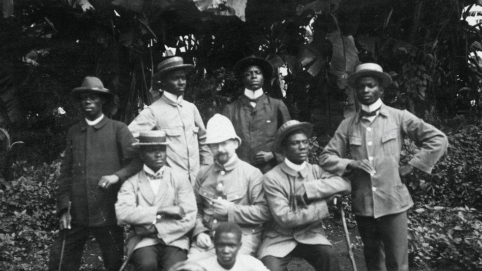 Bürokratie: Deutscher Kolonialbeamter und Angestellte der Kolonialverwaltung in Kamerun (um 1905). Von David Meetom ist kein Foto bekannt.