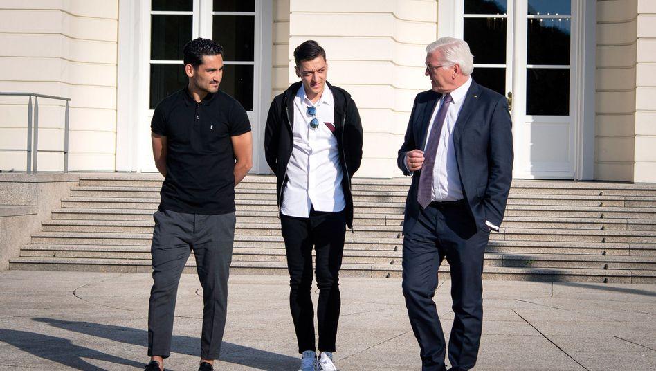 Bundespräsident Steinmeier (r.) mit den beiden deutschen Nationalspielern Gündogan (l.) und Özil