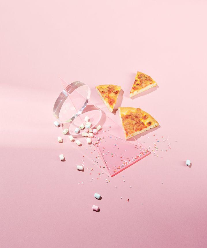 Pummelpizza: Tiefkühlprodukte enthalten mitunter fünf Prozent Zucker - da sollte man den Teig besser selbst herstellen, backen und belegen