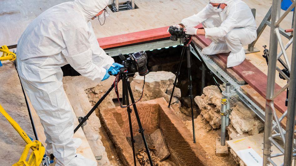 Um die Proben nicht zu verunreinigen, mussten die Forscher Schutzanzüge tragen