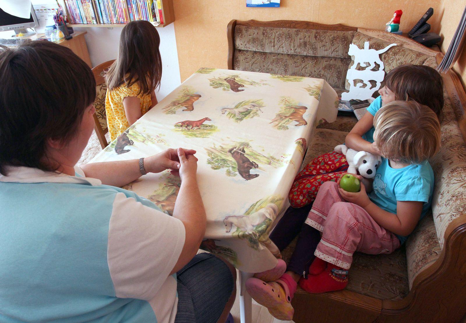 Arme Kinder / Familie / Mutter / Großfamilie / Armut