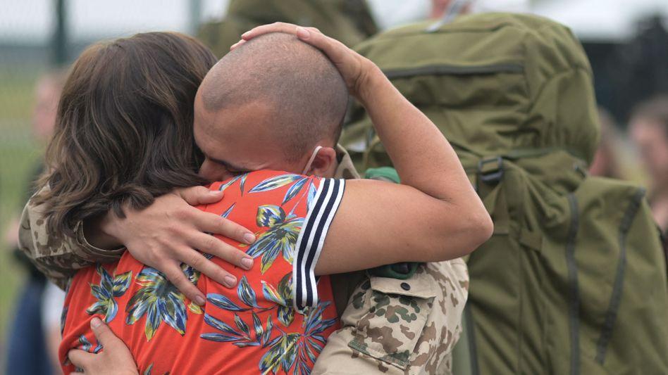 Ein Soldat wird nach der Ankunft in Wunstorf begrüßt