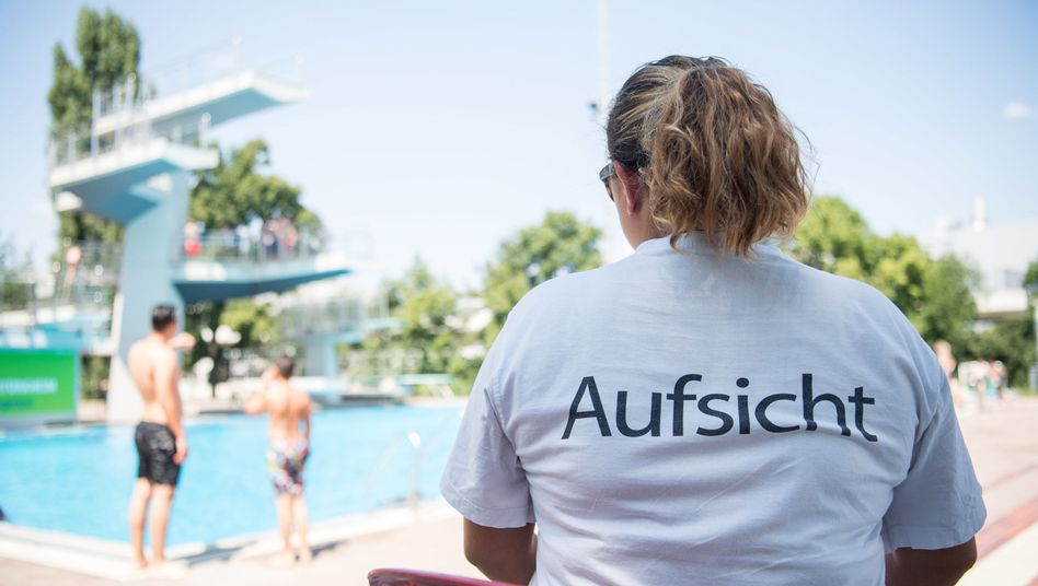 Eine Badeaufsicht schaut im Inselbad in Stuttgart-Untertürkheim Richtung Sprungturm (Symbolbild)