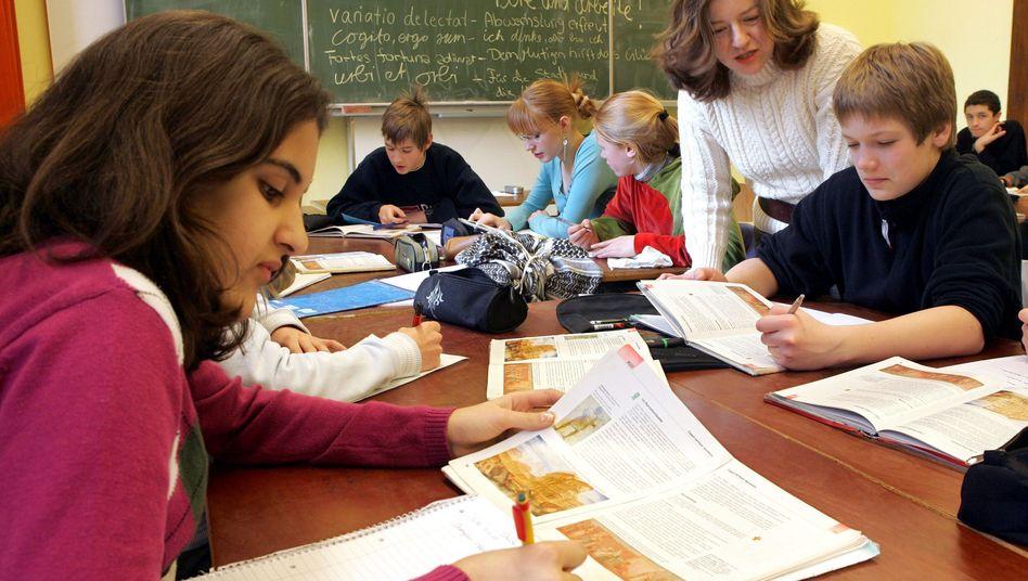 Ein Lehrer-Schüler-Archivbild - oder eben ein Lehrerinnen-Schüler-und-Schülerinnen-Bild