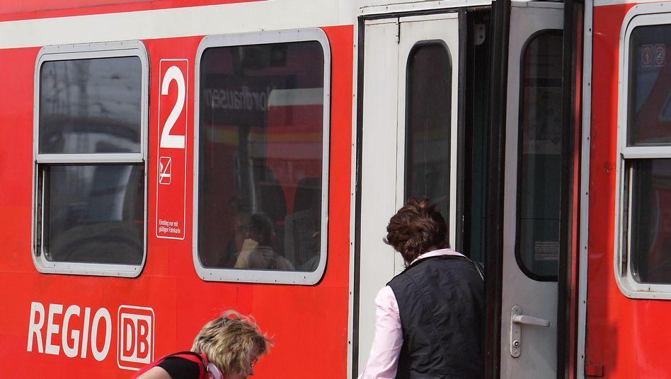 Zugbegleiter müssen Fahrgästen beim Ein- und Ausstieg helfen - sofern der Koffer nicht zu schwer ist