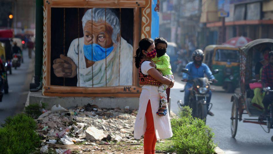 Eine Frau und ihr Kleinkind in Agartala im Nordosten Indiens: Mütter trifft die Coronakrise oft besonders hart