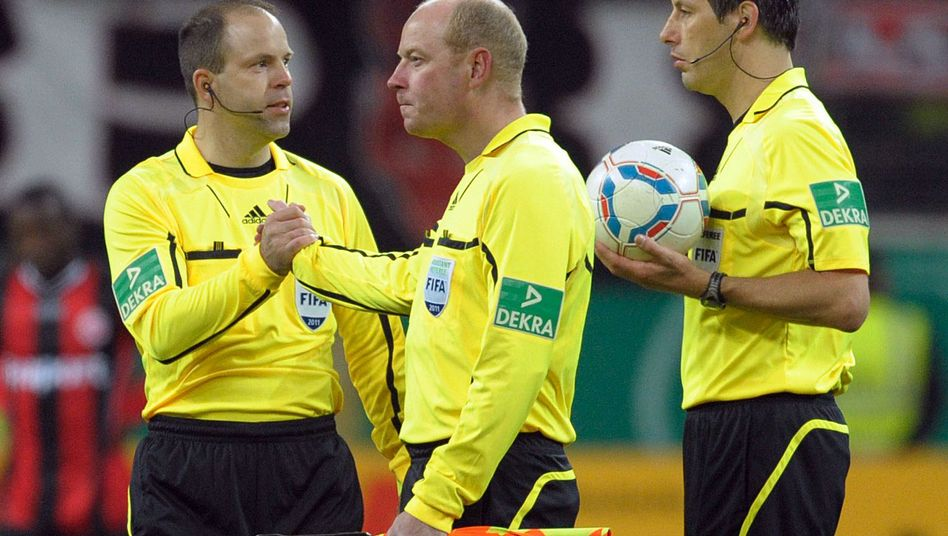 Schiedsrichter Salver (M.), Kollegen Pickel, Stark (r.): Kein Kavalliersdelikt