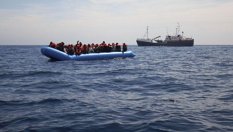 Flüchtlingsboot vor der Küste Libyens (Symbolfoto)