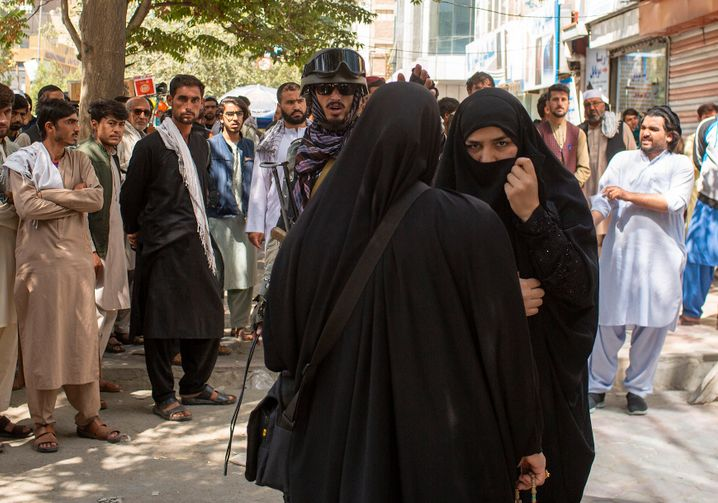 A woman speaking to a Taliban fighter in Kabul: The security situation in the Afghan capital is deteriorating by the day.