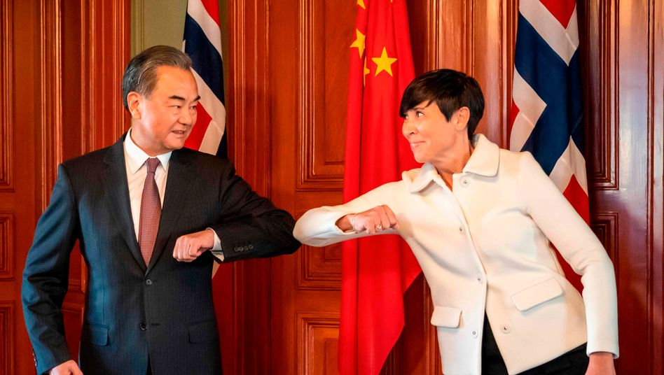 Außenminister Wang Yi begrüßt seine norwegische Amtskollegin Ine Eriksen Soreide in Oslo.