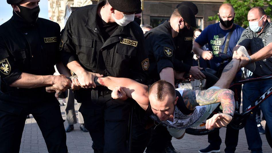 Festnahme eines regierungskritischen Demonstranten in Minsk Mitte Juni