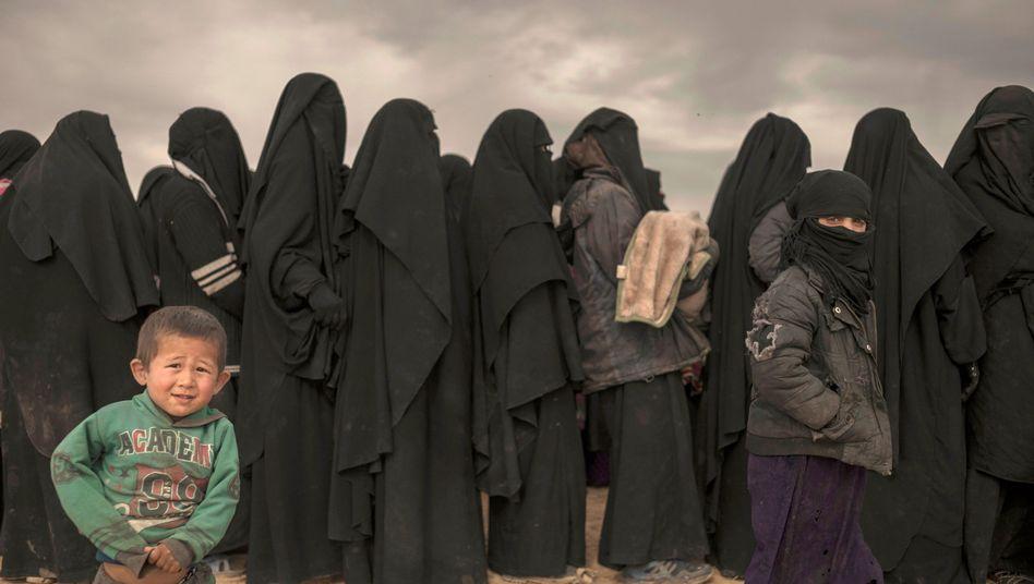 Frauen und Kinder aus Baghus stehen Schlange