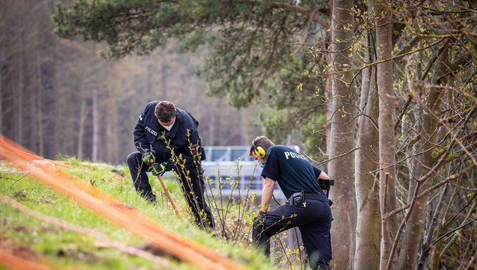 Suche nach Beweismitteln: Einsatzkräfte an der A7 bei Bad Fallingbostel