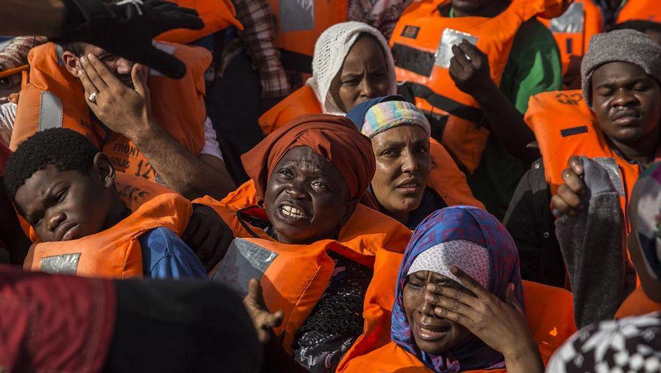 Migranten in einem Schlauchboot vor der Küste Libyens