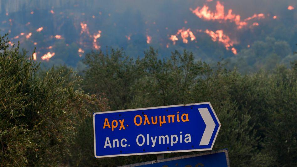 Flammen nahe der antiken Stätten von Olympia