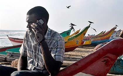Indischer Fischer mit Handy: 207 Millionen Inder sind bereits mobil erreichbar, bis 2010 sollen es 50 Prozent der Bevölkerung sein