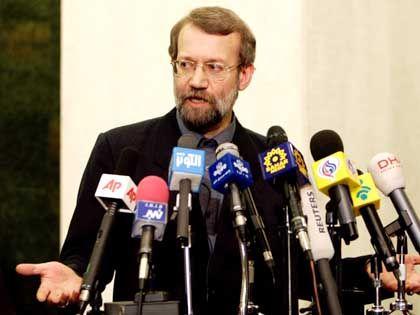 """Ali Laridschani vor der Presse: """"Die Resolution ist illegal""""."""
